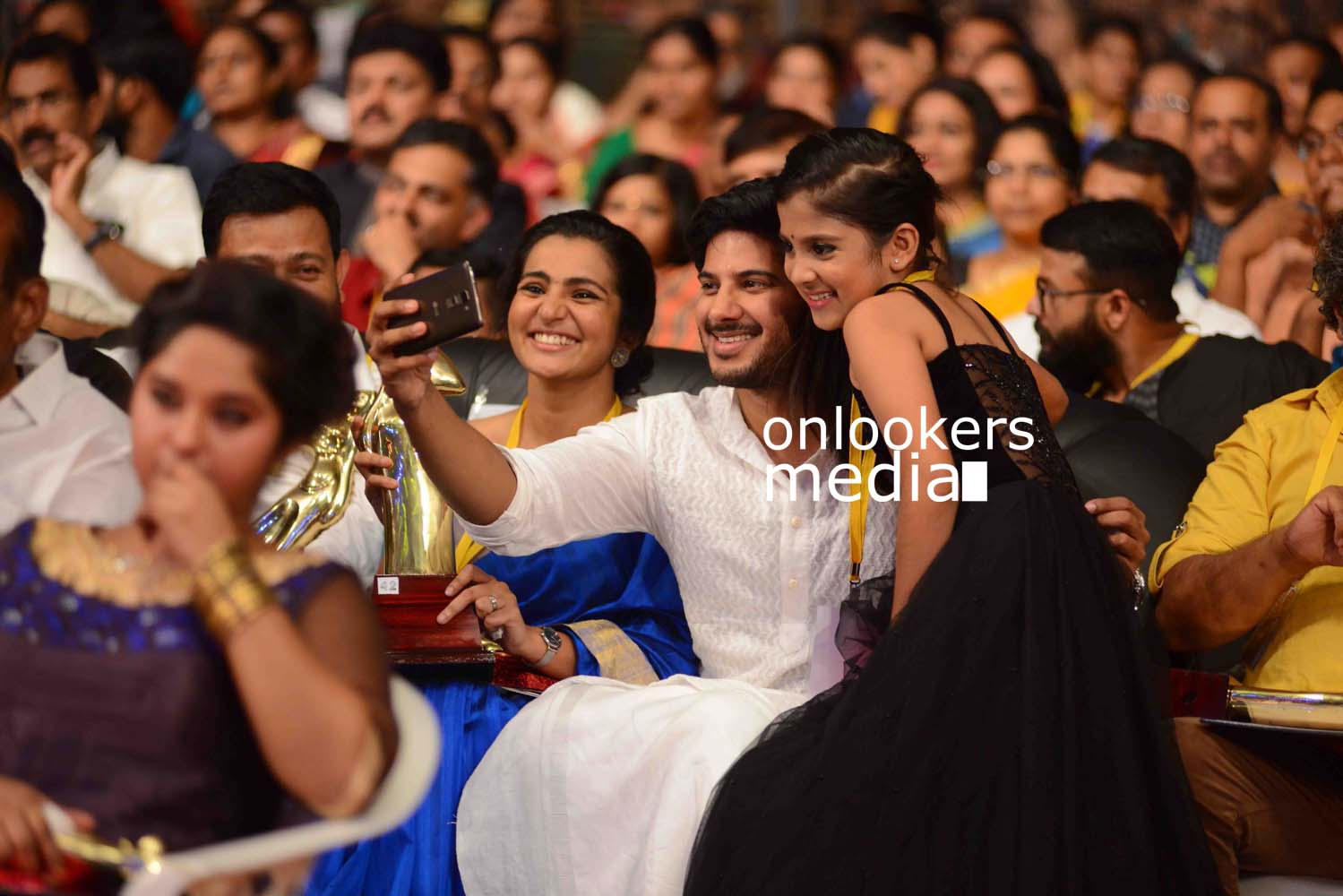 http://onlookersmedia.in/wp-content/uploads/2016/10/Dulquer-Kerala-State-Film-Awards-2015-stills-Photos-11.jpg