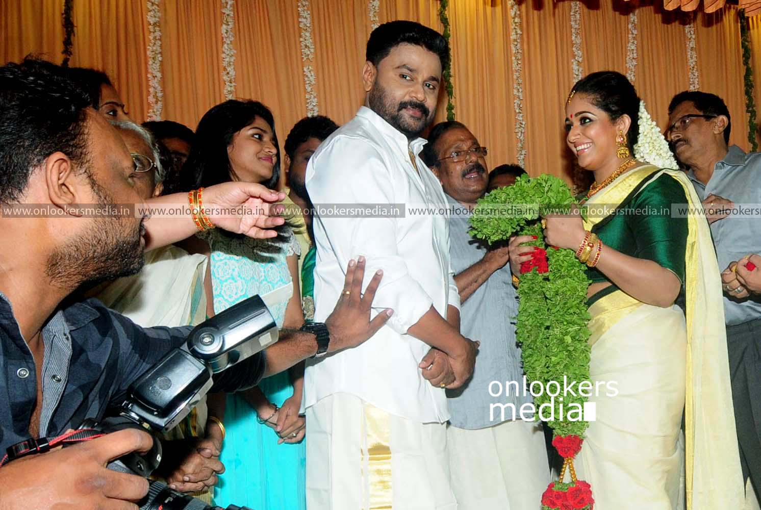 http://onlookersmedia.in/wp-content/uploads/2016/11/Dileep-Kavya-Madhavan-Wedding-Stills-Photos-13.jpg