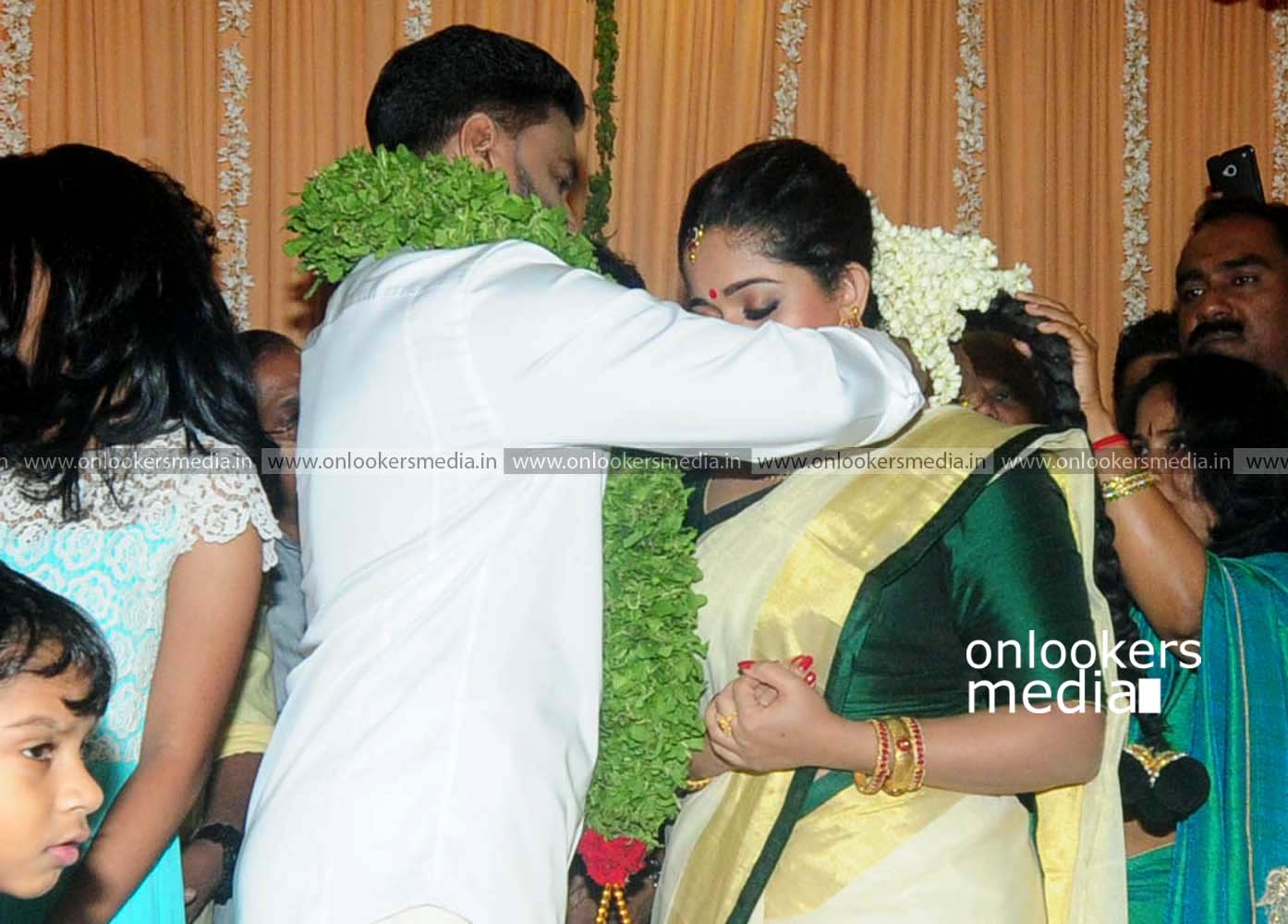 http://onlookersmedia.in/wp-content/uploads/2016/11/Dileep-Kavya-Madhavan-Wedding-Stills-Photos-16.jpg