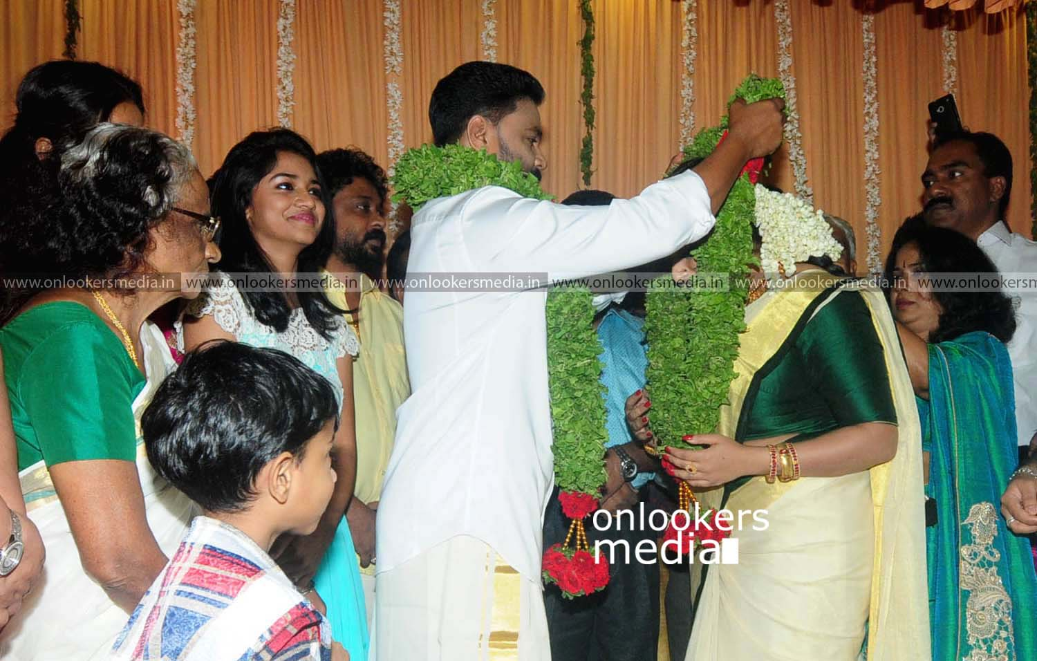 http://onlookersmedia.in/wp-content/uploads/2016/11/Dileep-Kavya-Madhavan-Wedding-Stills-Photos-17.jpg