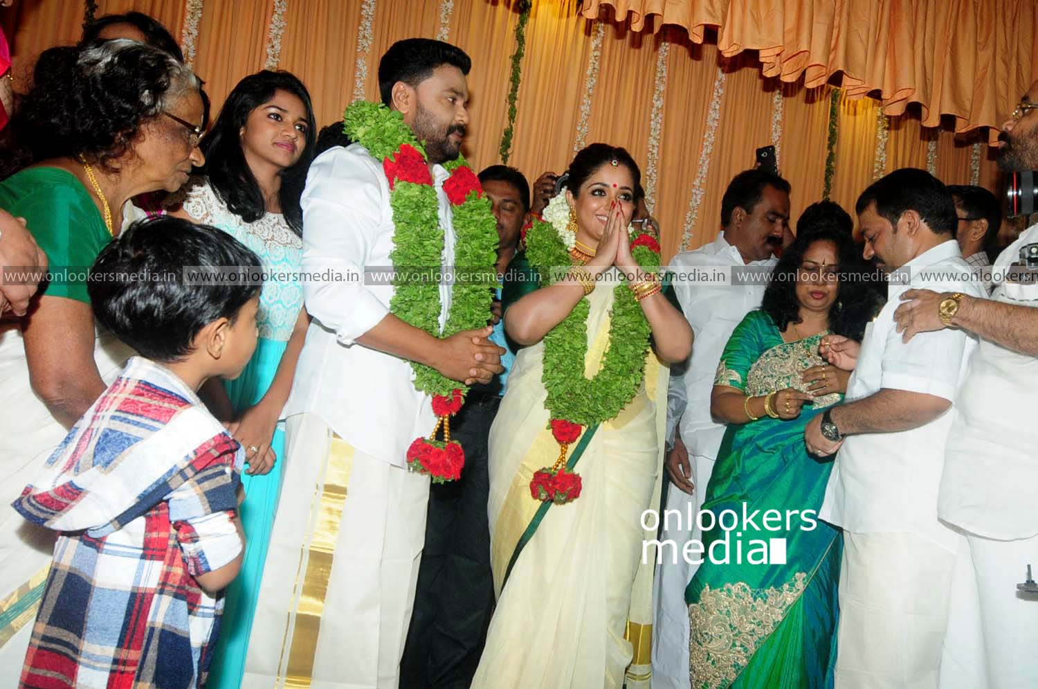 http://onlookersmedia.in/wp-content/uploads/2016/11/Dileep-Kavya-Madhavan-Wedding-Stills-Photos-18.jpg