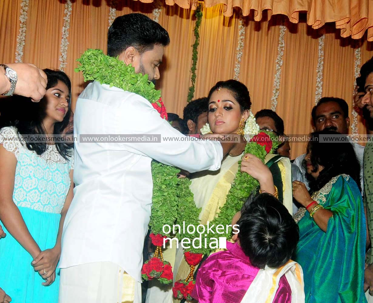 http://onlookersmedia.in/wp-content/uploads/2016/11/Dileep-Kavya-Madhavan-Wedding-Stills-Photos-19.jpg