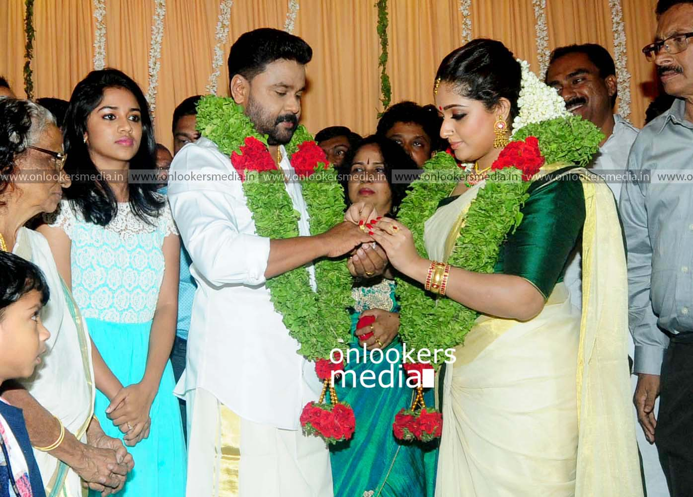 http://onlookersmedia.in/wp-content/uploads/2016/11/Dileep-Kavya-Madhavan-Wedding-Stills-Photos-21.jpg