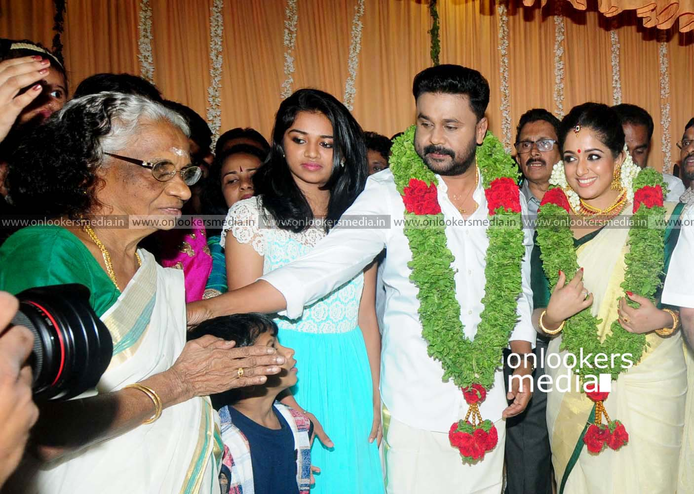 http://onlookersmedia.in/wp-content/uploads/2016/11/Dileep-Kavya-Madhavan-Wedding-Stills-Photos-27.jpg