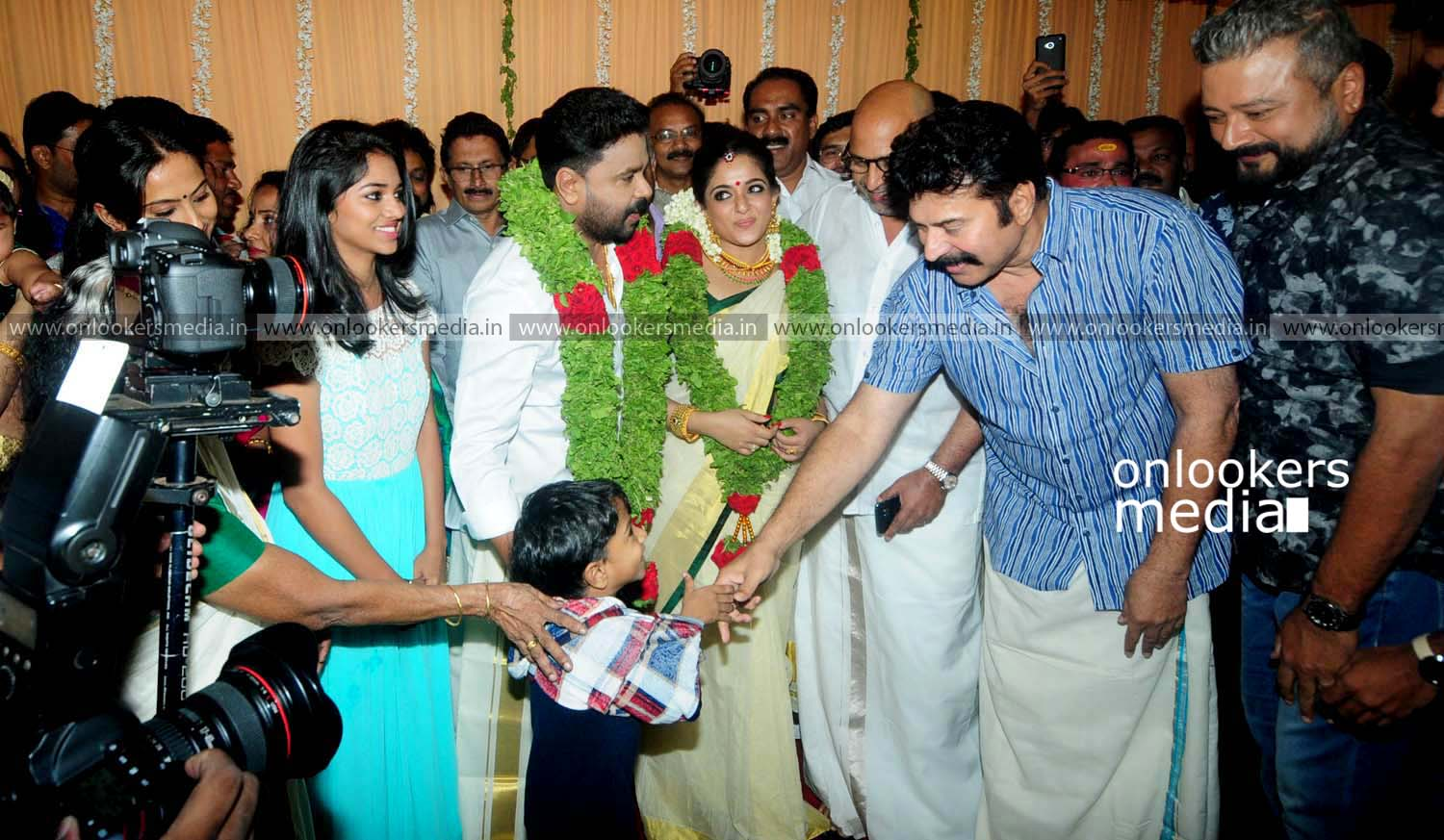 http://onlookersmedia.in/wp-content/uploads/2016/11/Dileep-Kavya-Madhavan-Wedding-Stills-Photos-33.jpg