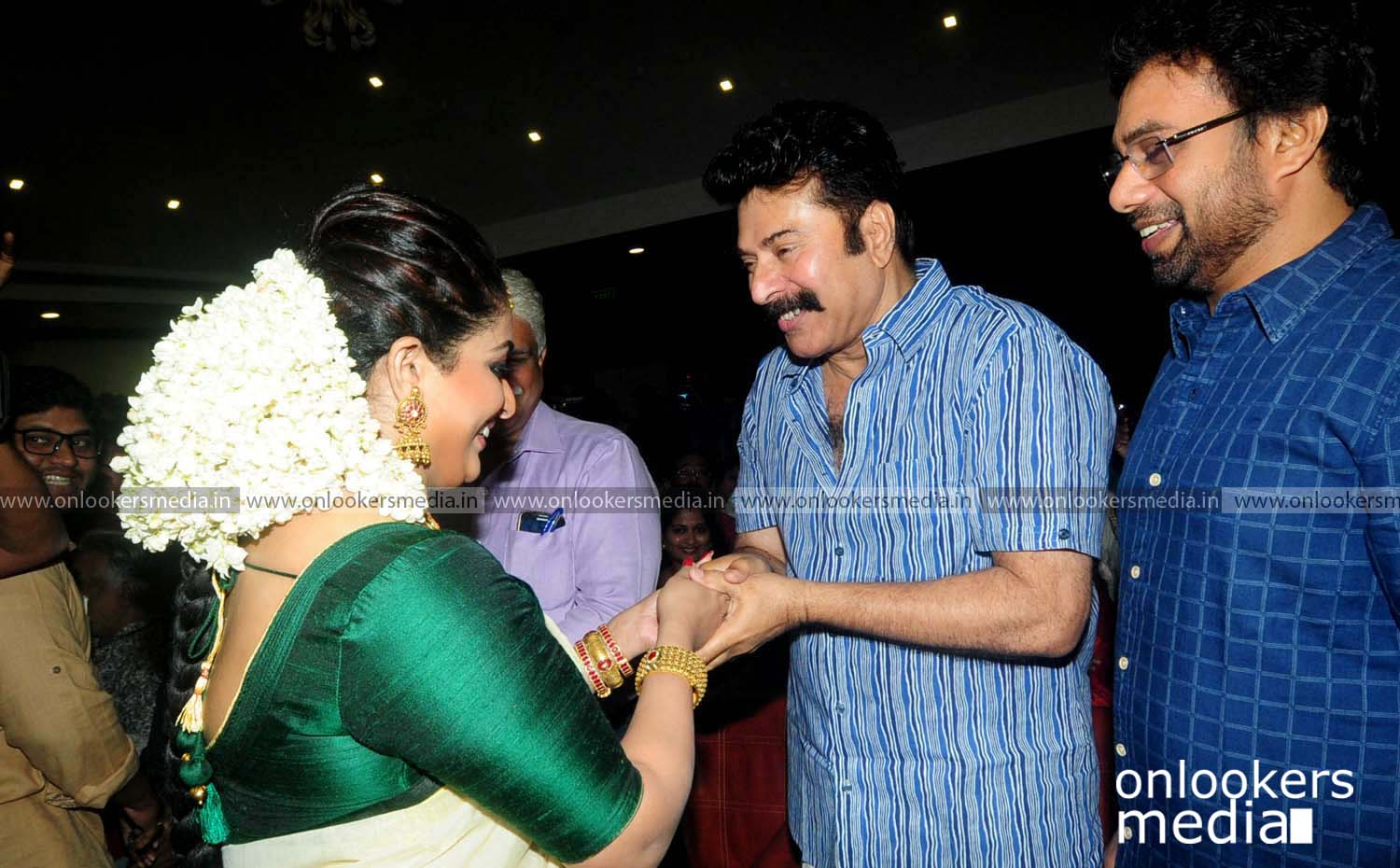 http://onlookersmedia.in/wp-content/uploads/2016/11/Dileep-Kavya-Madhavan-Wedding-Stills-Photos-7.jpg