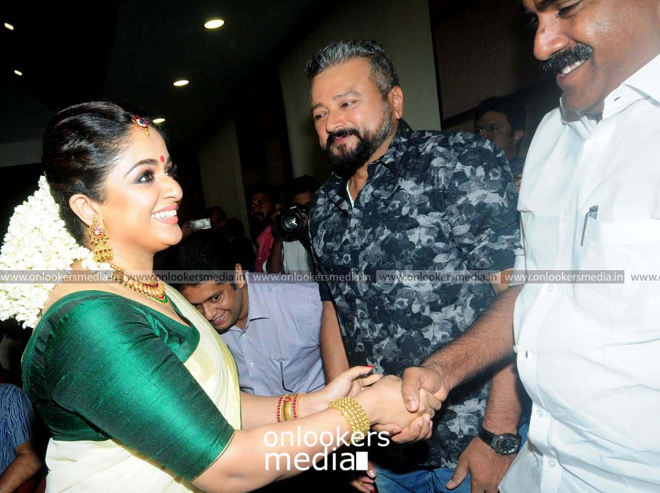 http://onlookersmedia.in/wp-content/uploads/2016/11/Dileep-Kavya-Madhavan-Wedding-Stills-Photos-8.jpg