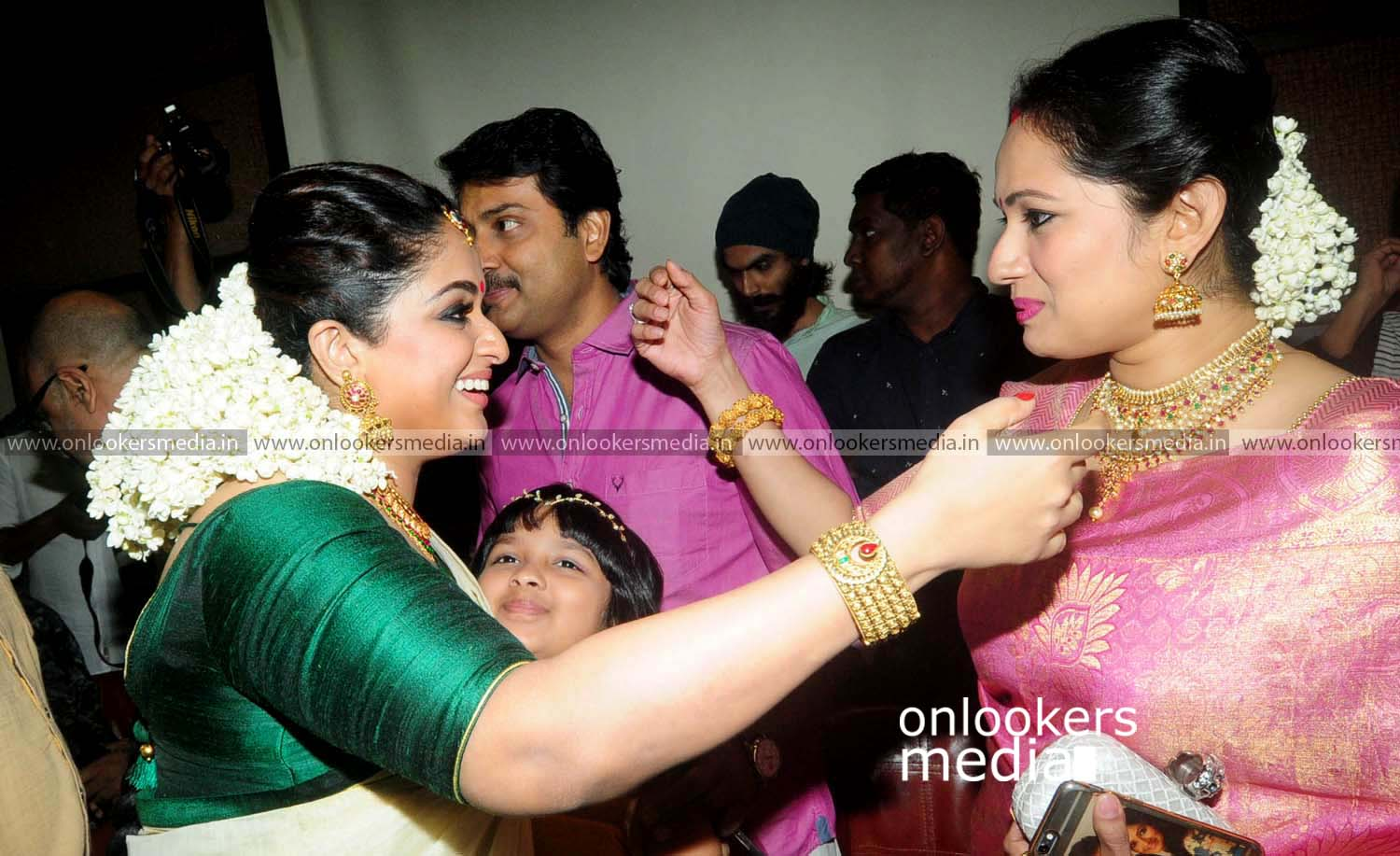 http://onlookersmedia.in/wp-content/uploads/2016/11/Dileep-Kavya-Madhavan-Wedding-Stills-Photos-9.jpg