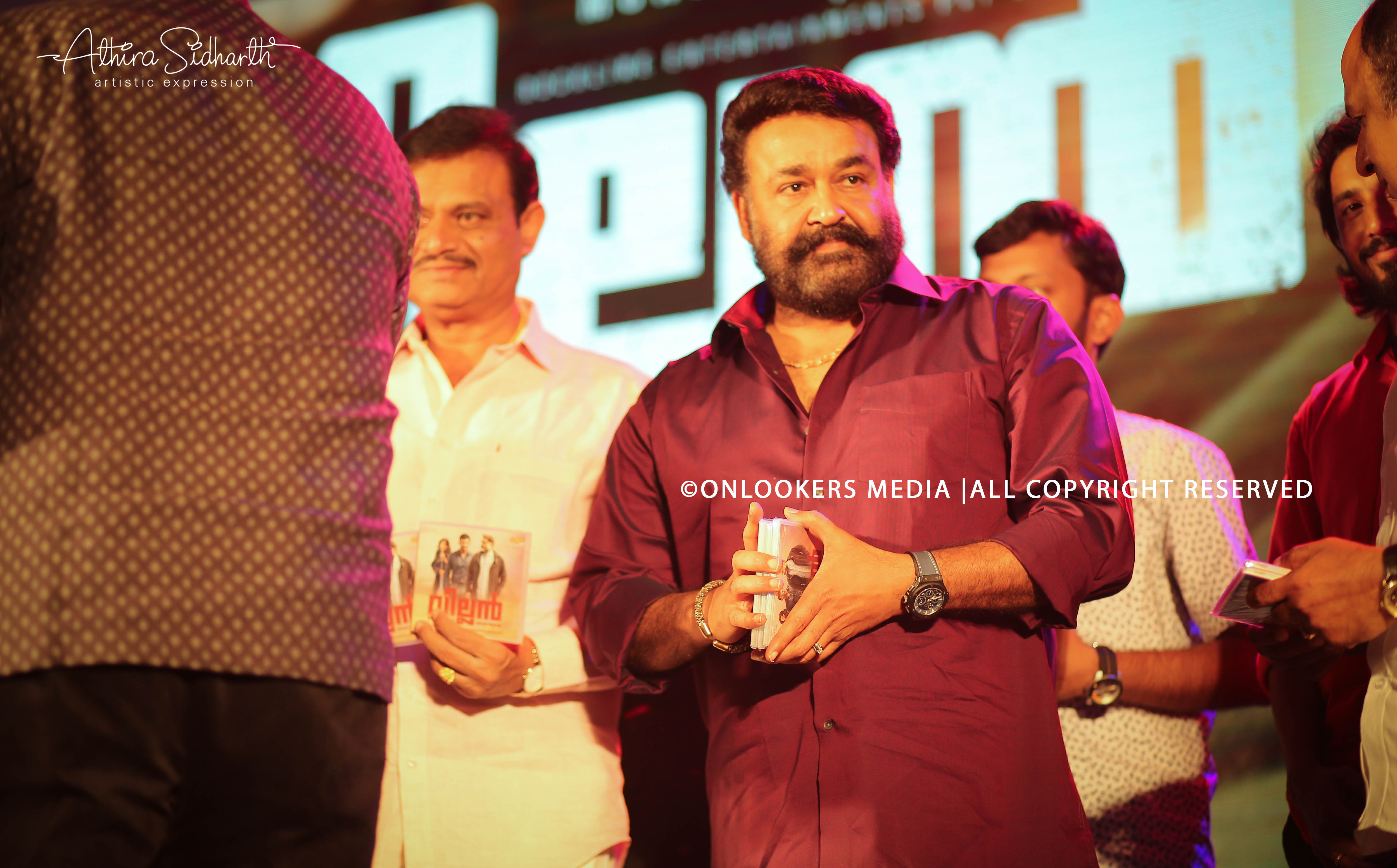 http://onlookersmedia.in/wp-content/uploads/2017/09/villain-audio-launch-stills-photos-41.jpg