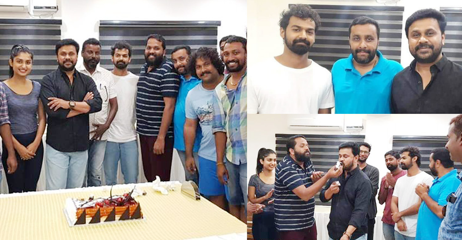 dileep,actor dileep,dileep celebrates Ramaleela first anniversary with Irupathiyonnaam Noottaandu location,ramaleela first anniversary stills,celebrates Ramaleela celebrates first anniversary with Irupathiyonnaam Noottaandu