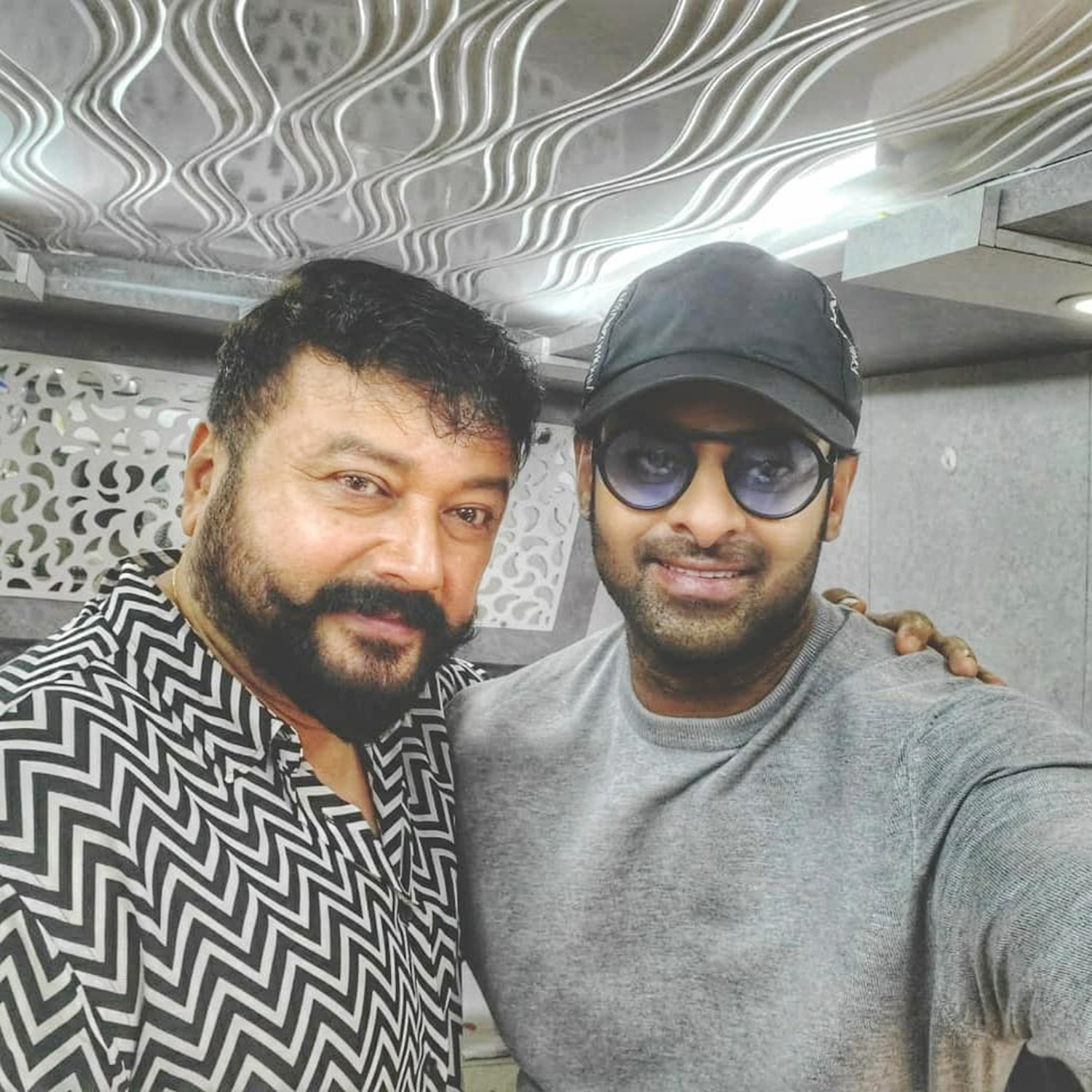 Radhe Shyam movie,actor prabhas,actor jayaram,jayaram selfie with prabhas,jayaram new telugu cinema,jayaram prabhas Radhe Shyam movie set,jayaram in prabhas new film Radhe Shyam,jayaram with prabhas,new telugu cinema,tollywood cinema,jayaram telugu cinema